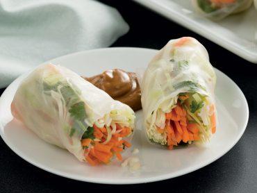 Rollitos de vegetales con salsa de maní