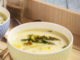 Sopa de patatas y espárragos verdes