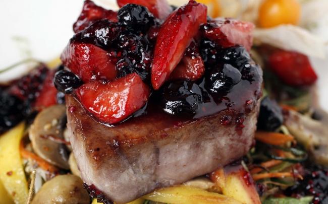 Atún glaseado en salsa de frutos rojos y verduras al wok