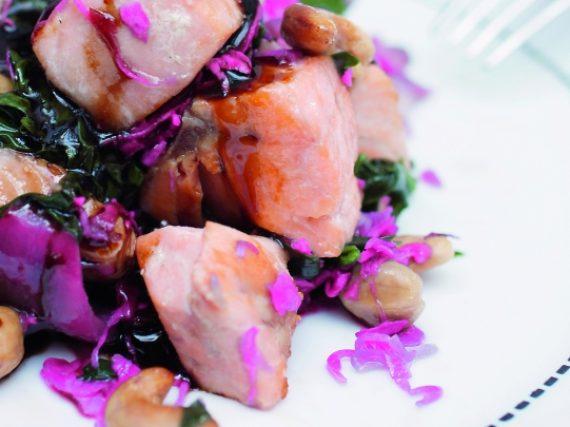 Guiso de verduras, salmón y castañas de cajú