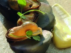 Papas nativas con choritos y mayonesa de ajos chilotes asados