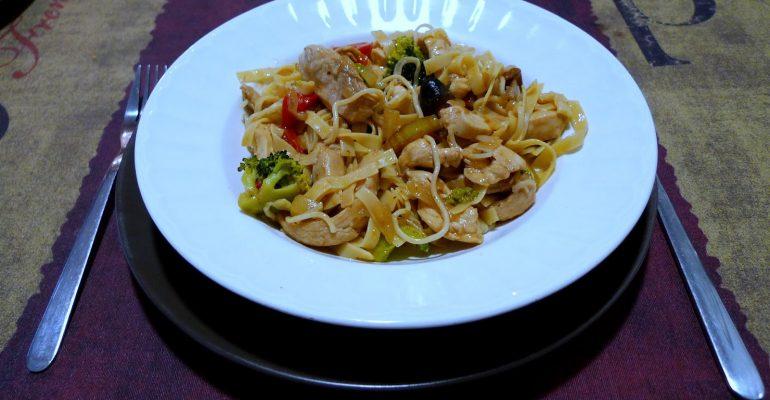 Sepia con verduras y fideos chinos